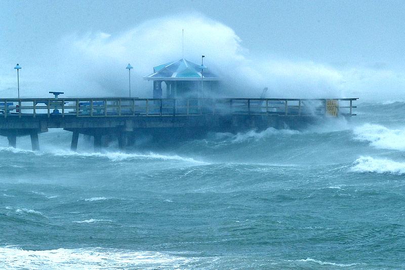 Hohe Wellen an einem Pier in Fort Lauderdale