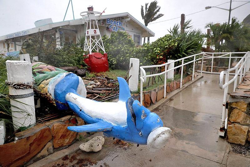 Umgestürzte Delfinfigur