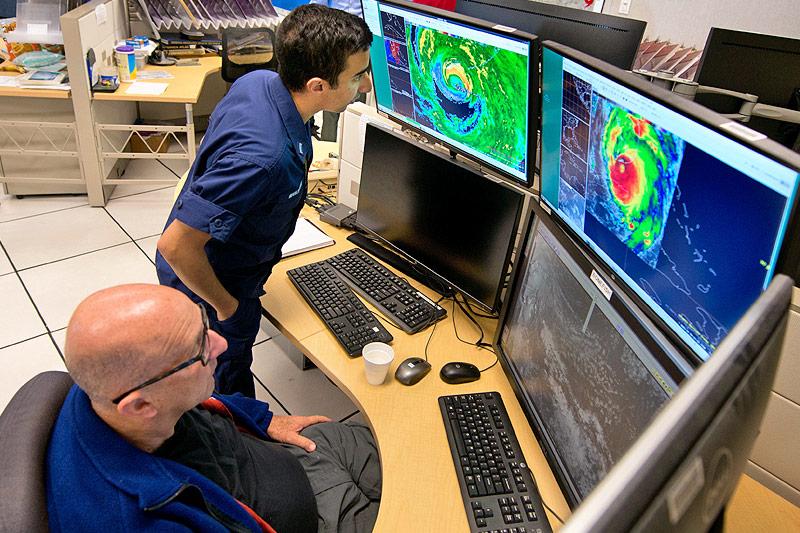 Meteorologen beobachten den Hurrikan auf einem Monitor