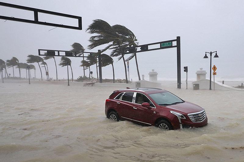 Auto auf überschwemmter Straße