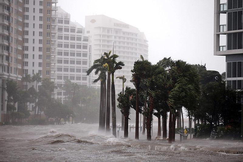 Der Miami River tritt in Miami über die Ufer
