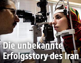 Eine Iranerin beim Augenarzt