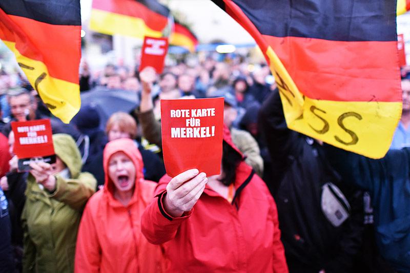 Bei Merkel-Auftritt fliegen erneut Tomaten