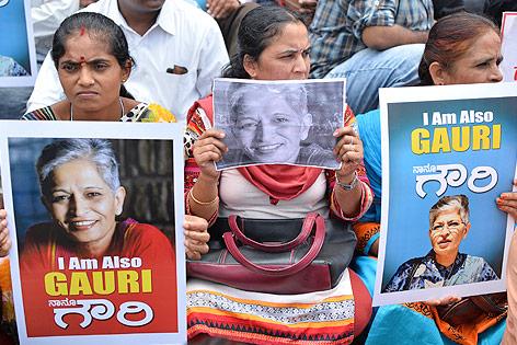 Frauen halten Fotos der ermordeten indischen Journalistin Gauri Lankesh