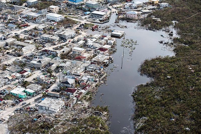 Zerstörtes Dorf in der Karibik