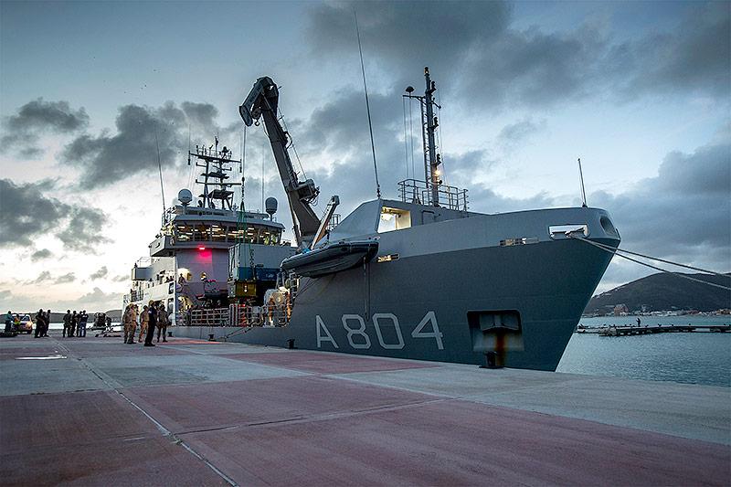 Niederländisches Kriegsschiff im Hafen von Sint Maarten