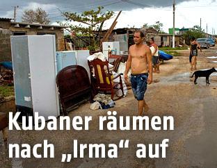 Ein Mann vor zerstörten Häusern
