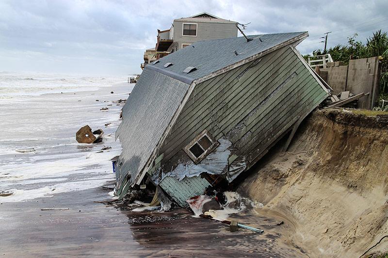 Ein zerstörtes Haus am Strand in Florida