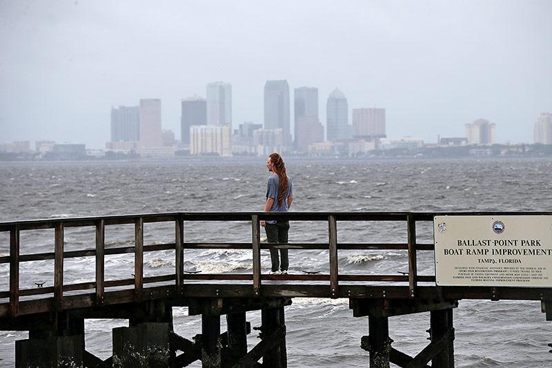 Ein Mann vor der Skyline Tampas