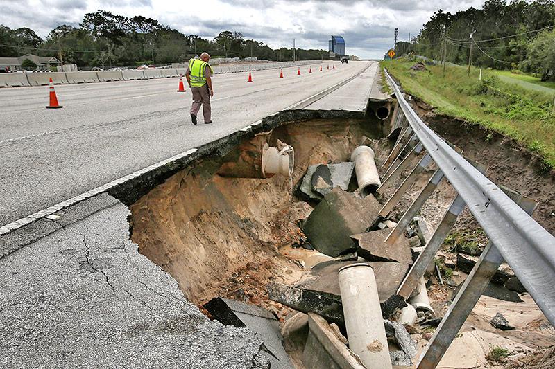 Ein Loch in der Autobahn in Florida