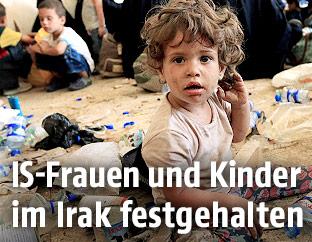 Kind sitzt in Tal Afar auf dem Boden