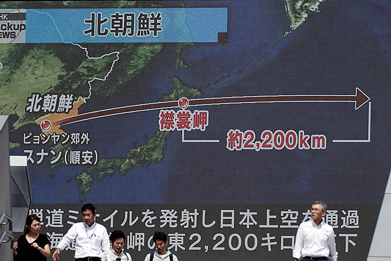 Eine Grafik im japanischen Fernsehen zeigt den Weg der abgefeuerten Rakete von über Japan hinweg