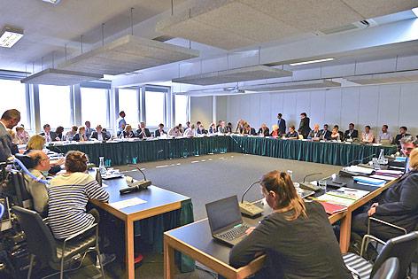 Die Mitglieder des Budgetausschusses des Nationalrates vor Beginn einer Sitzung im Parlamentsausweichquartier in der Hofburg in Wien