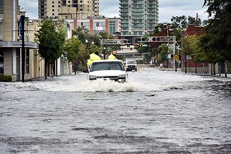 Auto fährt durch eine überflutete Straße in Jacksonville