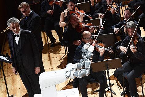"""Roboter """"dirigiert"""" Orchester"""