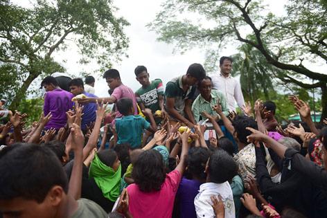 Augabe von Hilfsgütern unter Rohingya