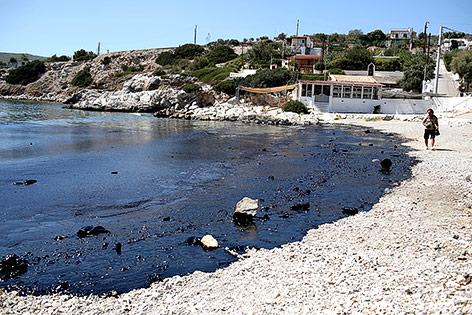 Öllteppich am Strand von Salamina