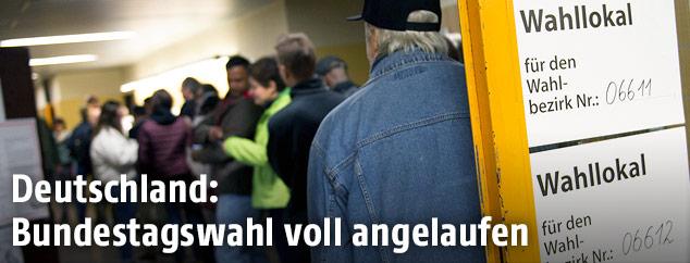 Wähler bei der Stimmabgabe