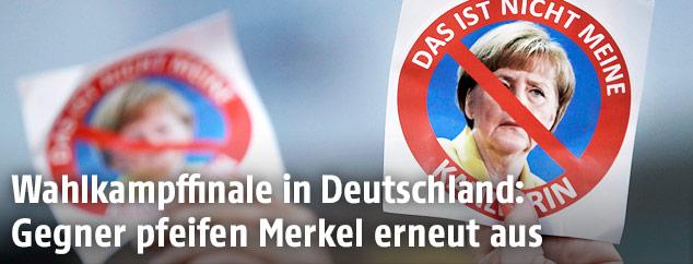 """Anti-Merkel-Schilder beschriftet mit """"Das ist nicht meine Kanzlerein"""""""