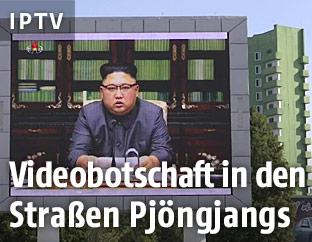 Kim Jong Un ist auf einer Videowall in Pjöngjang zu sehen
