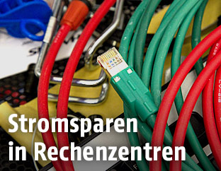 Kabel auf der Rückseite eines Rechners