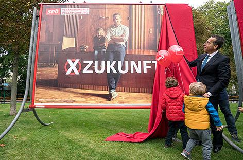 Bundeskanzler Kern enthüllt ein neues Wahlplakat der SPÖ