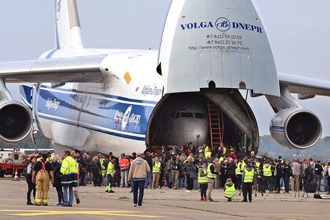 """Der Rumpf der Boeing 737 """"Landshut"""" im Frachtraum einer Antonov AN 124 am Flughafen Friedrichshafen (Detschland)"""