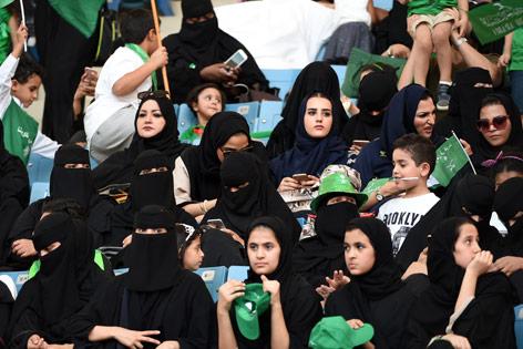 Frauen in einem Stadion in Saudi Arabien