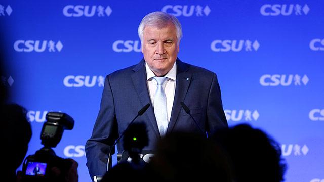 Seehofer setzt Merkel unter Druck