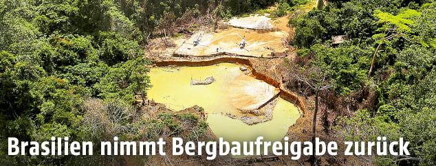 Luftaufnahme einer illegalen Goldmine im brasilianischen Regenwald