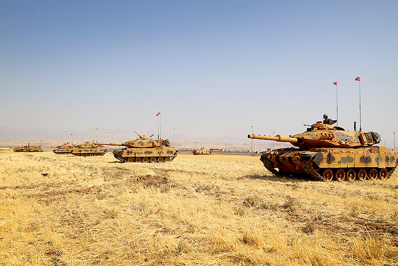 Türkische Panzer am Grenzübergang Habur