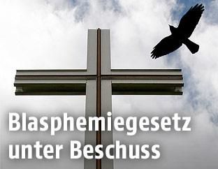 Ein Vogel und ein Kreuz