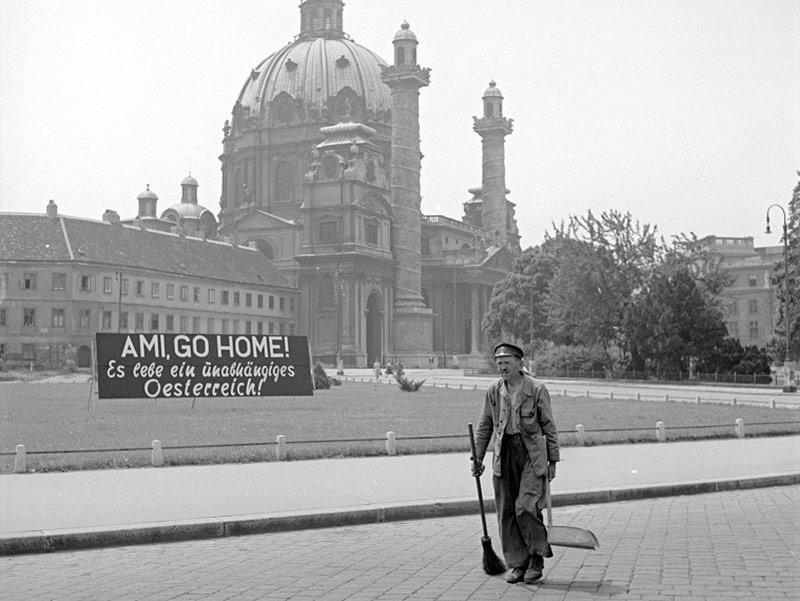 """Transparent vor der Karlskirche. """"AMI GO HOME! Es lebe ein unabhängiges Oesterreich!"""", 1952"""