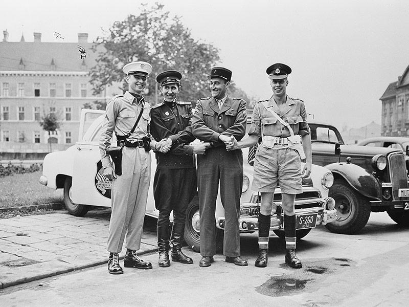 Die vier im Jeep reichen sich die Hände, 14. September 1955