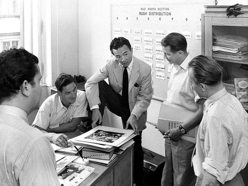 Yoichi R. Okamoto, Leiter der Fotosektion des Wiener Kurier, bei einer Besprechung mit seinen Mitarbeitern, Juli 1952