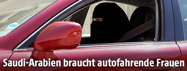 Eine verschleierte Frau am Steuer eines Autos