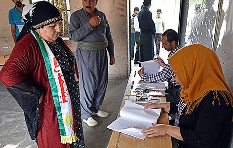 Eine irakische Kurdin bei der Stimmabgabe