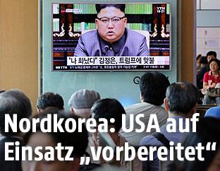 Nordkoreas Machthaber Kim Jong Un auf einem Fernsehbildschirm