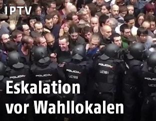 Polizisten und Befürworter des Referendums stoßen aufeinander