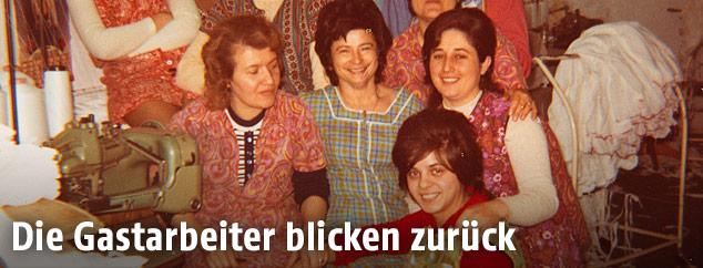 Gastarbeiterin Ayten Keskin mit Kolleginnen in einer Wiener Strumpffabrik um 1970