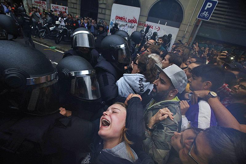 Gewaltsame Auseinandersetzung zwischen Polizisten und Demonstranten in Barcelona