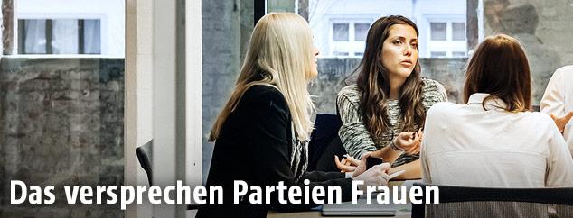 Drei Frauen diskutieren in einem Büro