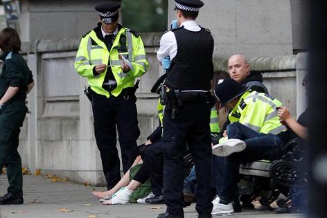 Polizei mit Verletztem in London