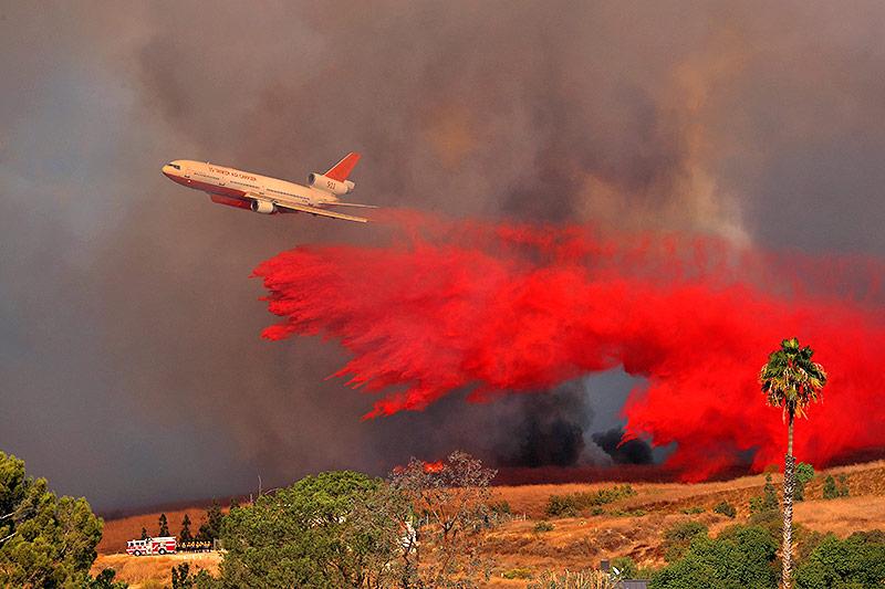 Löschflugzeug über Flammen