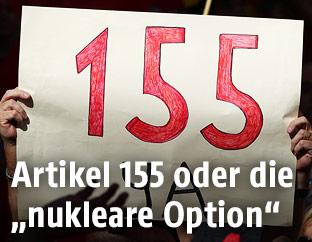 """Protestschild mit der Aufschrift """"155 jetzt"""""""