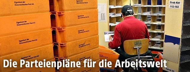 Arbeiter in einem Post-Verteilungszentrum