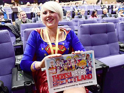Die britische Cartoonistin Madeleine Kay im Superwoman-Kostüm