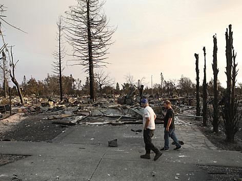 Bewohner von Santa Rosa (Kalifornien) begutachten die Zerstörung nach den verheerenden Waldbränden