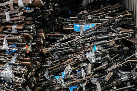Konfiszierte Waffen in einem Container