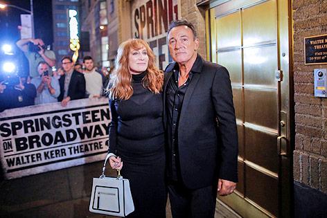 Bruce Springsteen und seine Frau Patti Scialfa vor einem Theater am New Yorker Broadway